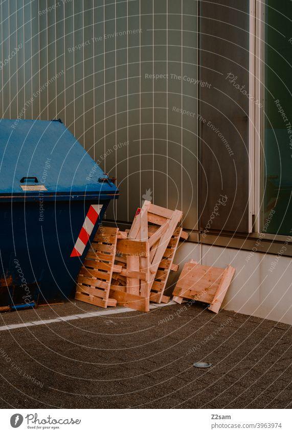 Holzpaletten vor Container im urbanen Raum holz paletten container Container ship straßen minimalismus schlicht farbfoto Industry aufgeräumt architektur linien