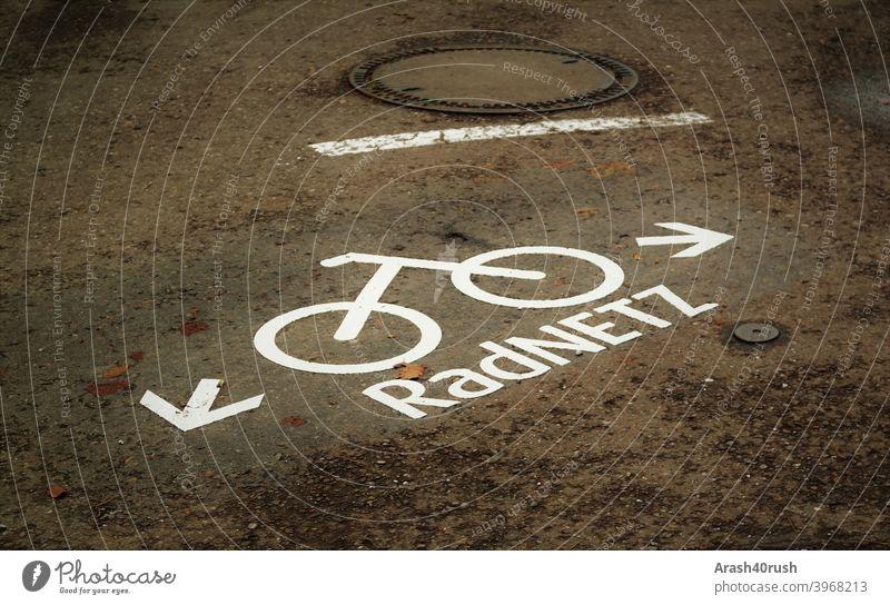 Radnetz _Kennzeichnung Hinweiß radfahrer trashig hinweis deutlich verkehrszeichen rechts orientierung richtung stein straße links