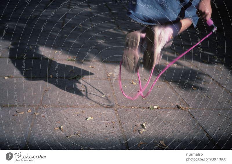 Jump Springen kind seilspringen freizeit sport mädchen springseil spass draussen bewegung schatten figur fliegen gesund kindergarten sportunterricht