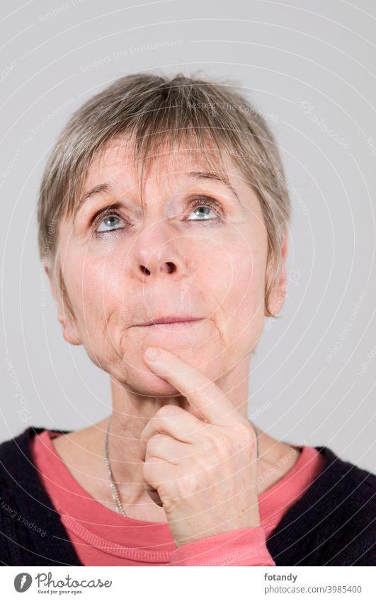 Thoughtful looking up Frau Person Porträt Kopfproträt eine älter deutsch weiblich frontal Blick nach oben nach oben blickend graues Haar kurzes Haar kaukasisch
