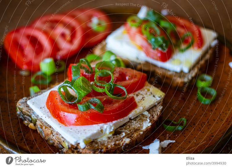 Healthy snack: wholemeal bread with feta, tomatoes and spring onions salubriously Snack Early onion Vegetarian diet Nutrition Eating Fresh Delicious vegetarian