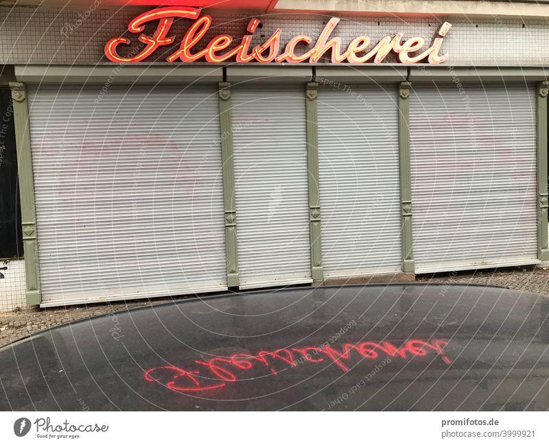Closed shop with reflection butcher shop on car roof. Exterior shot. Panoramic view. Photo: Alexander Hauk Landscape format Colour photo Exterior shots Load