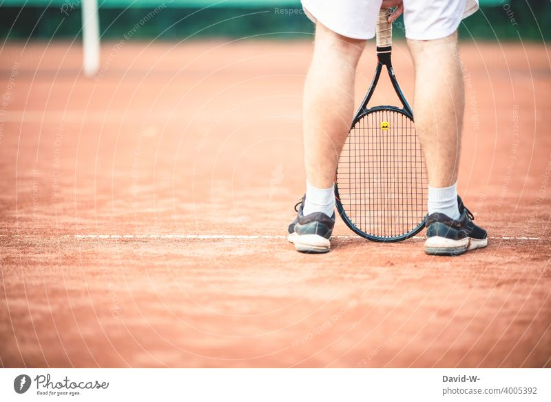 Man standing casually with a tennis racket on the tennis court Tennis Tennis court Sports Sportsperson Easygoing Cool Tennis rack Athletic Leisure and hobbies