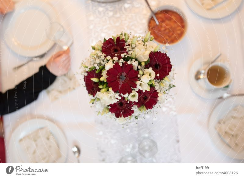 Bridal bouquet / bouquet on festive coffee table from above Bouquet bridal bouquet Coffee table laid table Wedding Birthday Mother's Day Decoration Style Table