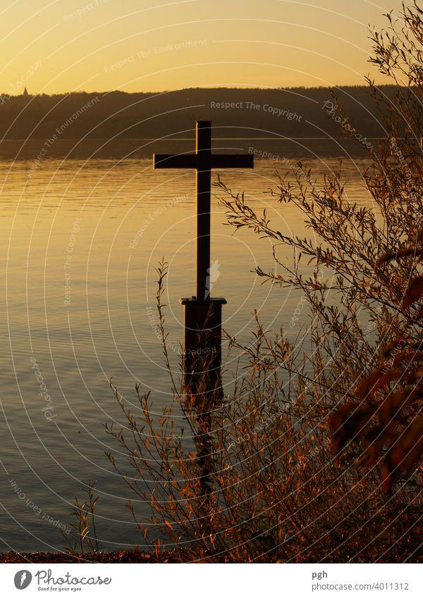 Abendstimmung am Kreuz von König Ludwig Sonnenutergang Starnberger See Berg Herbst Wasser Tod ertrunken sonne urlaub Natur ferien reise erholung
