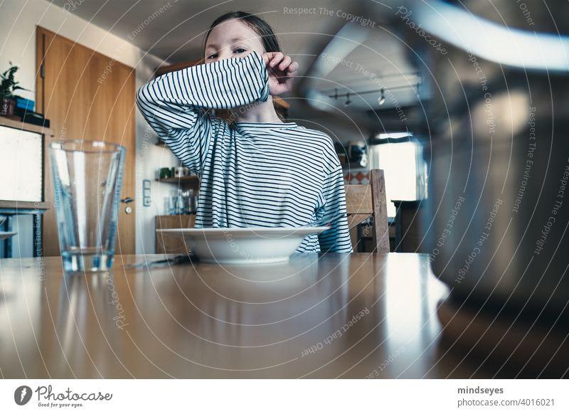 Kind putzt sich den Mund mit dem Ärmel ab Essen zu hause Familie Kochen kinder abputzen schlechte Gewohnheit Leben mit Kindern Familienleben streifen