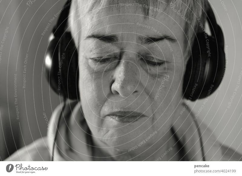 konform | einklang Portrait Selbstportrait Musik hören Kopfhörer Einklang Entspannung schwarz weiß Seniorin Frau