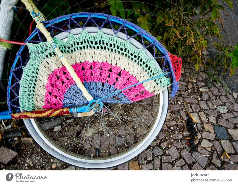Hooked wheel Street art Guerilla Knitting knitted graffito Bicycle Accessory Knitting pattern Change Subculture Structures and shapes Creativity rear wheel