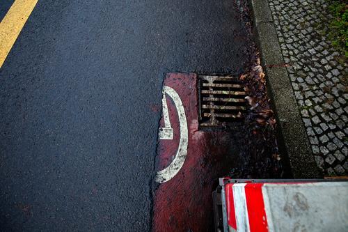 Camouflaged bicycle path Turn off Asphalt Corner Lane markings Bicycle Cycle path Clue edge Curve Line Left navi Navigation Orientation Arrow Wheel cyclists