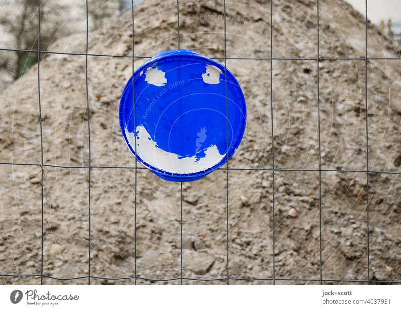 friendly cover on the wire fence Sandheap plastic cover Smiley Construction site fixed Simple Street art Creativity Circle Inspiration