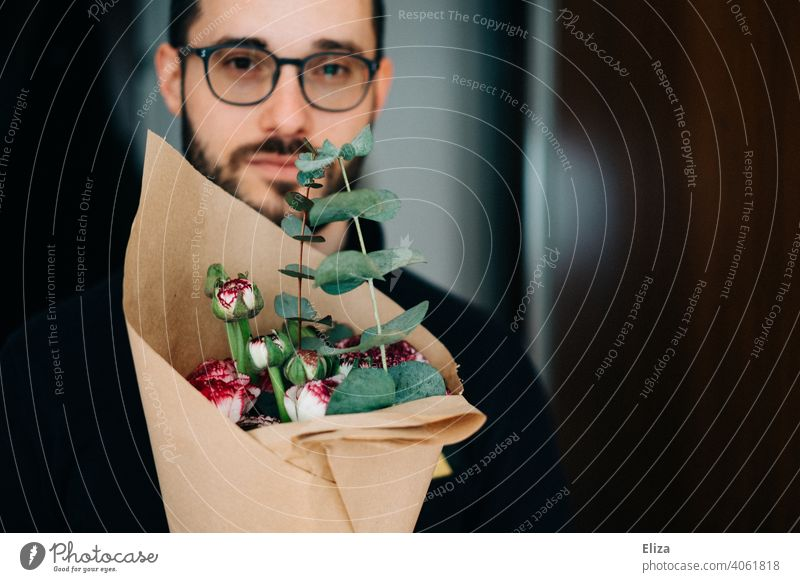 Man with bouquet Bouquet Eyeglasses Facial hair Valentine's Day attention Apology Thank you. I'll take care of it. souvenirs son-in-law Mother's Day Son