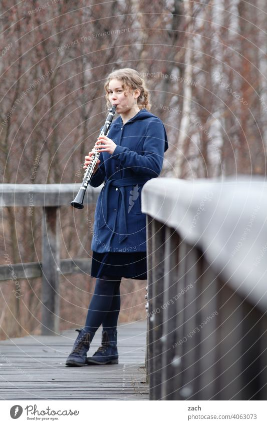 Morning tune Woman Girl Young woman Music Musician Musicians & Bands & Composers Musical instrument Make music Clarinet Clarinettist Clarinetist Sound