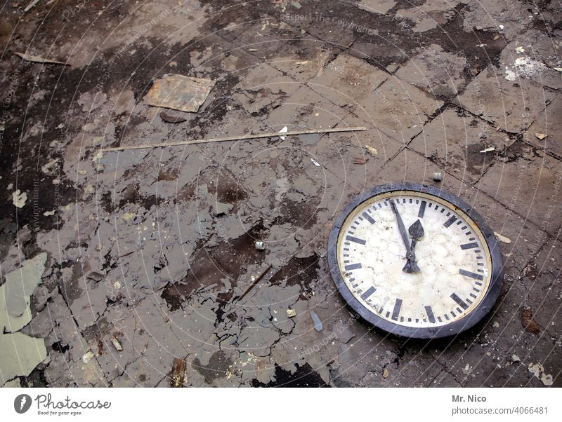 5 to 12 Clock face Digits and numbers Time Clock hand White Black Five-twelve-one clock hands Round early Late Accuracy Minute hand Date Hour hand Dial