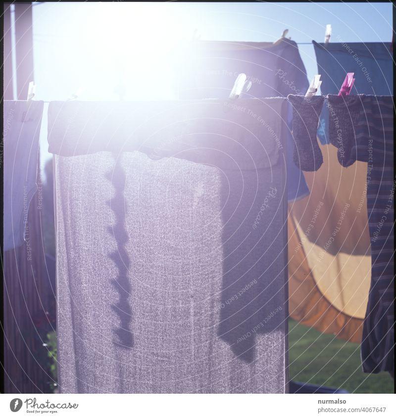 Weisse Wäsche waschen sauber wäscheleine waschtag waschmaschine waschmittel schmutz trocken handtuch hausfrau hausmann wäscheklammer