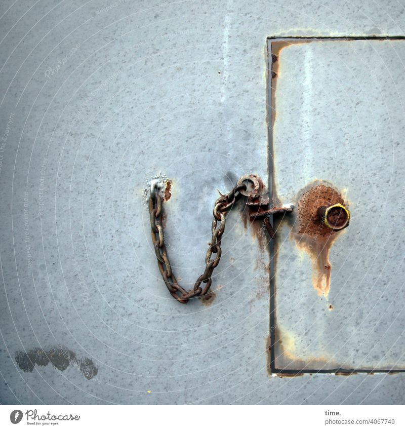 F60 Shutdown Flap Chain Checkmark Screw Rust Iron locked too rusty corroded tapped Out of service functionless Historic Old unused