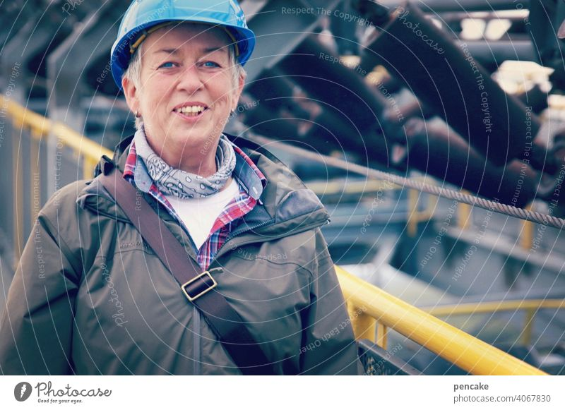 vornamen | wilhelma Baustelle Schutzhelm Helm blau Blauhelm Frau Spreewald lachen fröhlich lächeln Arbeit Portrait