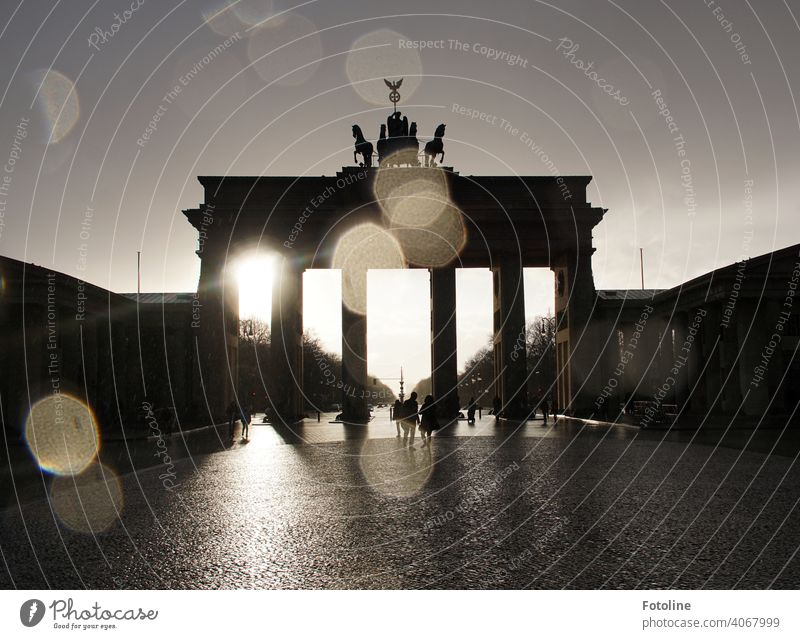 While Fotoline was still standing in the last raindrops dripping all over her lens, the sun was already fighting its way back behind the Brandenburg Gate.