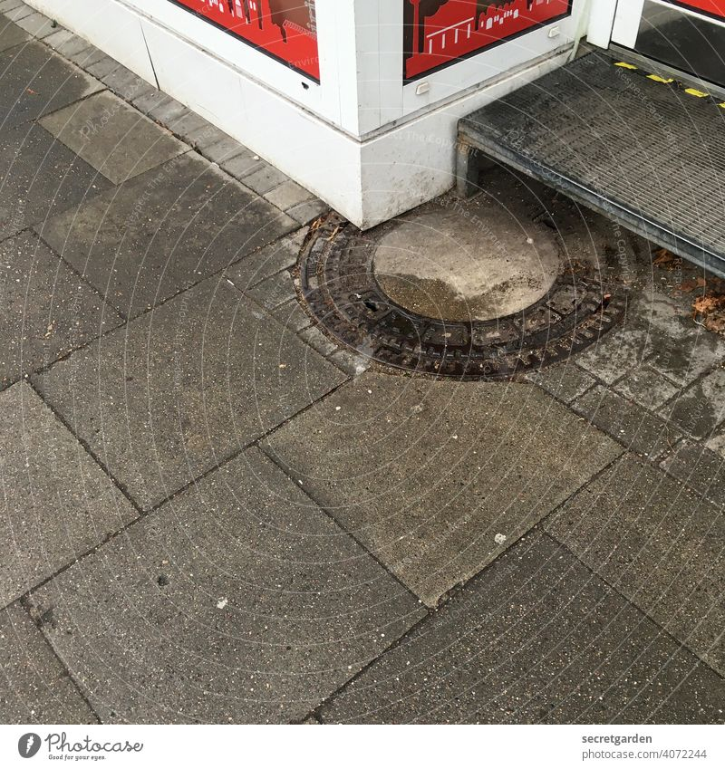 Find the bug. Architecture Error Corner Round Gully manhole cover stagger House (Residential Structure) Building misplanning Pattern Structures and shapes