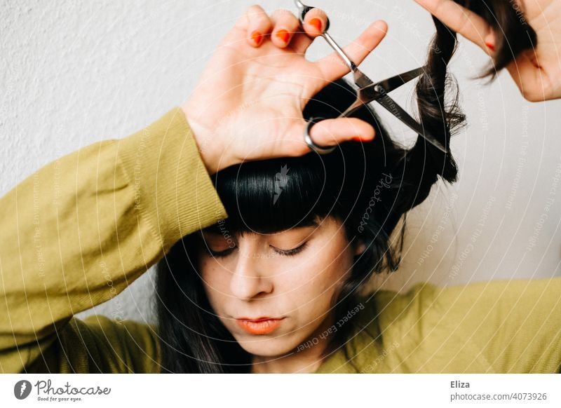 Woman cuts her own hair Hair Stylist Haircut lockdown do it oneself DIY Hairdresser recut Hair and hairstyles Claw Dark-haired yourself at home New hairstyle