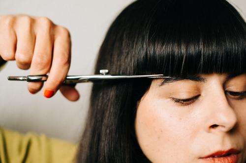 Wife snowing her own bangs Woman Hair Stylist cut bangs Bangs Haircut hair lockdown do it oneself DIY Hairdresser recut Hair and hairstyles Claw Dark-haired