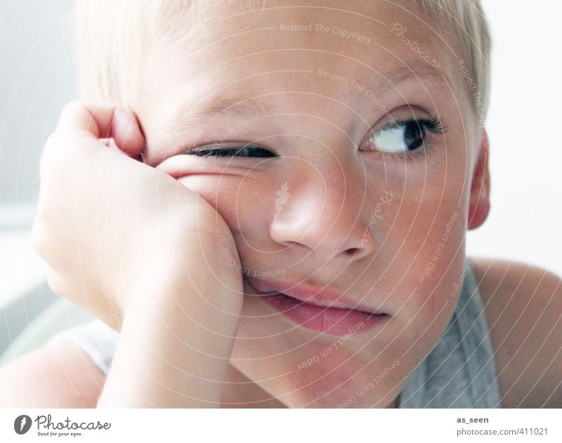 instant Masculine Boy (child) Eyes 1 Human being 3 - 8 years Child Infancy Blonde Brash Brown Gray White Cool (slang) Interest Boredom Colour photo Wink