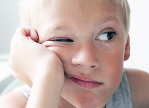 instant Masculine Boy (child) Eyes 1 Human being 3 - 8 years Child Infancy Blonde Brash Brown Gray White Cool (slang) Interest Boredom Colour photo Wink Face