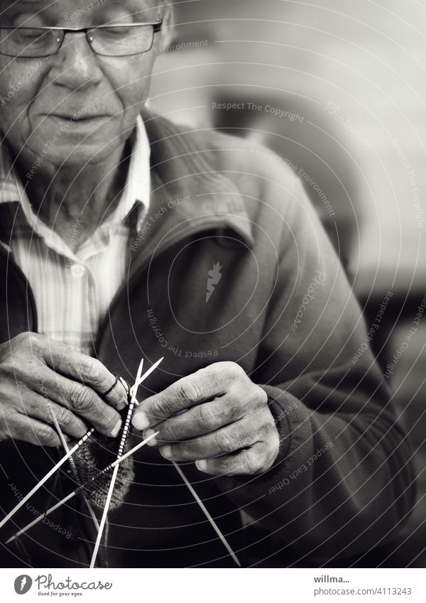 erwin loved knitting and crocheting, no stretching and lolling helped the little els ,-) Knit Handcrafts Man Senior citizen Leisure and hobbies Wool