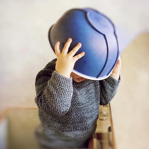 auf den kopf gestellt | helmpflicht Kind Küche Schüssel Kopf überstülpen Spaß Helm blau witzig umdrehen