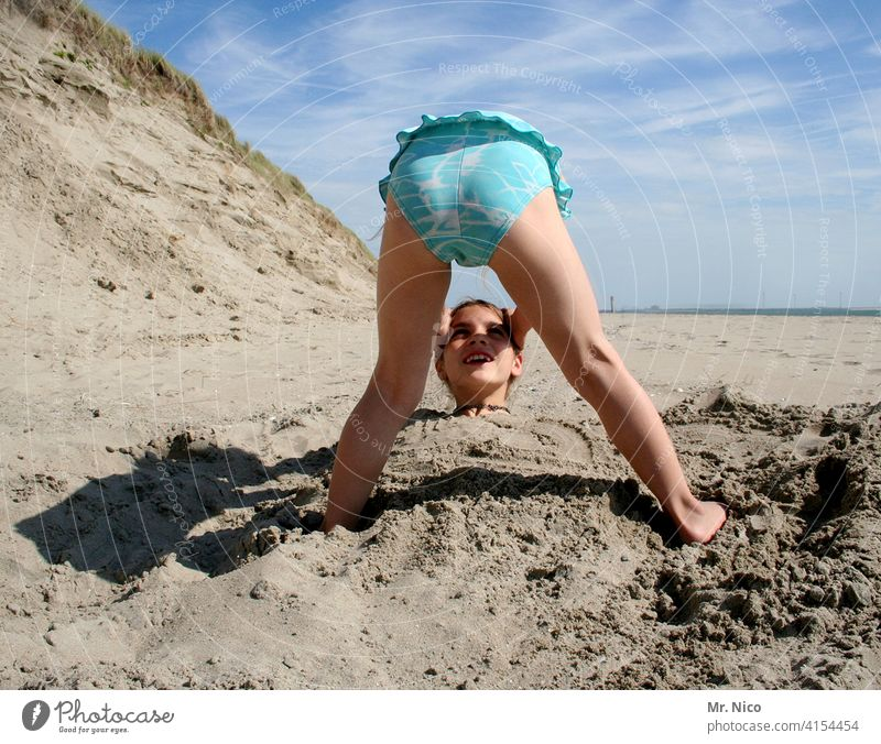 recommendation I do not lose your head Head Headless Lose Beach Crooked Stoop Put your head in the sand. Head twisted head in hands Face Articulated Sand duene