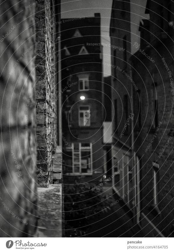 zwischenräume | bei nacht Altstadt Häuser Hauserfluchten schwarz-weiß Nacht dunkel Lahnstein Lampe Lampenlicht Zwischenräume Fenster