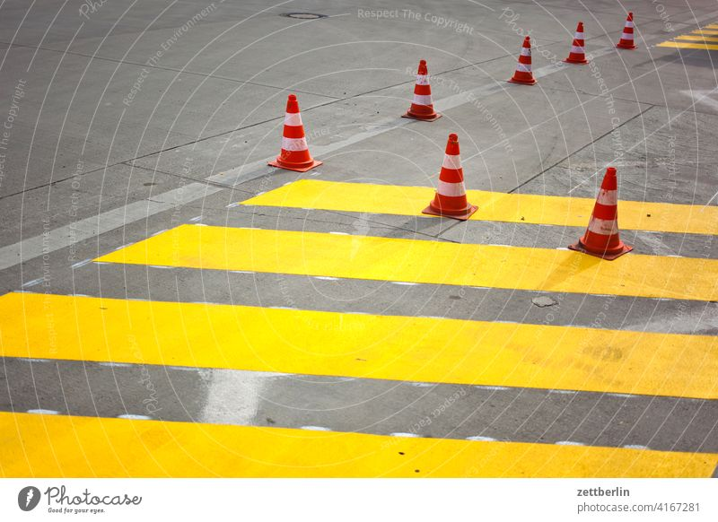 Pylons with yellow stripes Asphalt Corner Lane markings Clue edge Skittle Curve Line Left navi Navigation Orientation Arrow cycle path Right Direction Street