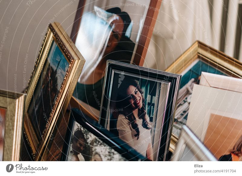 Memories: A table with framed photos of the family Photos remembrances Family Family photos Grandchildren Grandparents Table Picture frame portraits