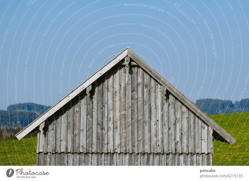 back to the roots   holzbauweise Holz Haus Holzhaus Holzhütte Holzbauweise grau Himmel Giebel einfach natürlich nachhaltig Architektur Gebäude
