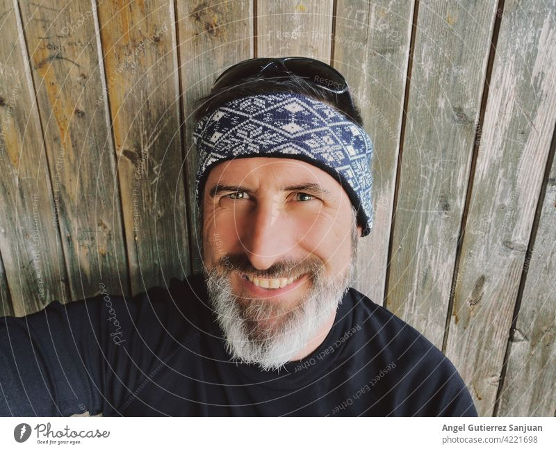 portrait of bearded man with wooden background Portrait photograph Bearded man Man 40-50 years Adults Human being attractive handsome 18 - 30 years Colour photo