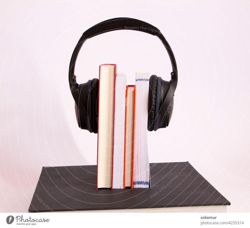 Hörbücher Buch Hörbuch Literatur lesen hören Ohrhörer Kopfhörer Textfeiraum Audio Hörspiel rot weiß weisser Hintergrund akustisch niemand menschenleer Platz für