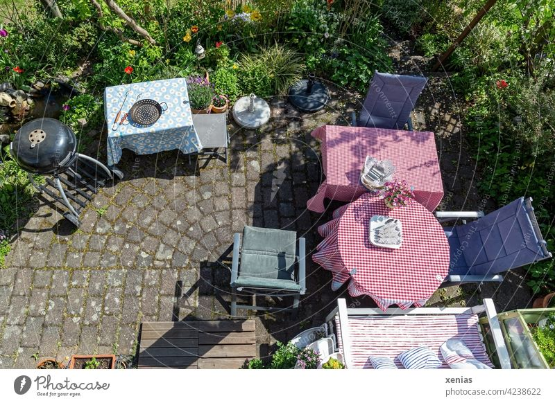 Anticipation grows: terrace with tables, seating and a kettle grill is prepared for invited guests Terrace Barbecue (apparatus) Table Chair Garden grill pan