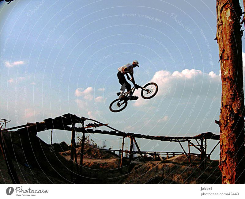 Human being Sky Youth (Young adults) Young man Movement Sports Jump Masculine Action Bicycle Beautiful weather Cool (slang) Trick Mountain bike Territory Extreme sports