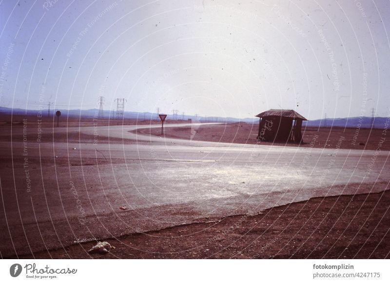 Straßenkreuzung in der Wüste road Road sign Street Traffic infrastructure Deserted Lanes & trails Nowhere Warning sign wüste desert Leere Verlassenheit