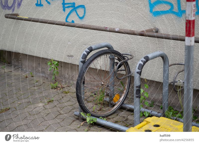 the forgotten connected wheel - the rest is stolen Wheel Theft anti-theft device bicycle stand bicycle theft Bicycle Bicycle rack steal