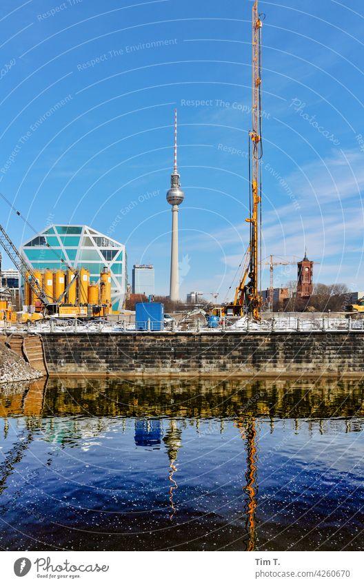 Spreekanal mit Fernsehturm an der Stadtschloßbaustelle fernsehturm Berlin Architecture Berlin TV Tower Downtown Berlin City Germany Tourist Attraction