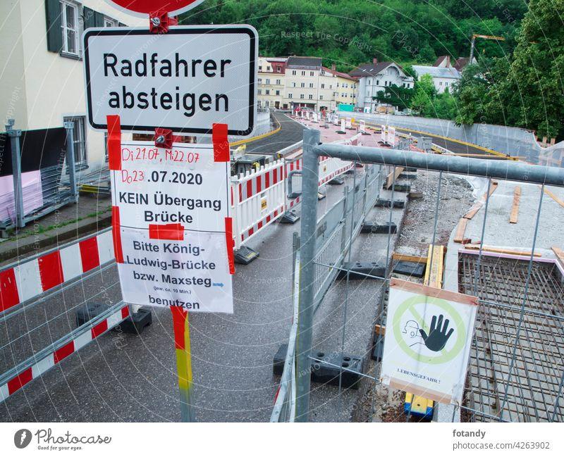 Füssen, Deutschland - Juli 17, 2020: Bauarbeiten auf der Lechbrücke zwischen Altstadt und Schwangauer Straße mit Einfahrverbotsschild und Zusatzschild.