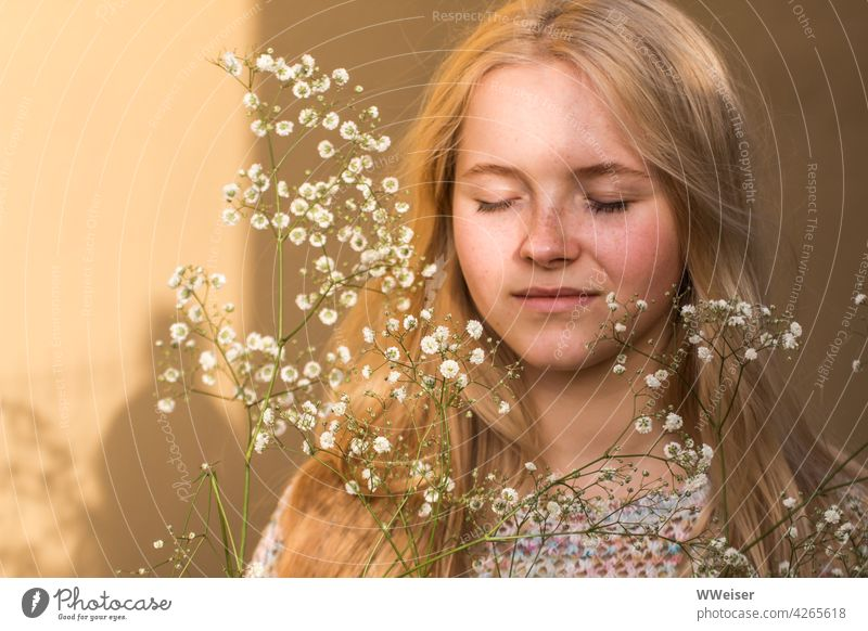 A pretty blonde girl closes her eyes and dreams of summer Girl Sun Flower Dream Dreamily Bright Baby's-breath Blonde long hairs Yellow Positive Freckles Light