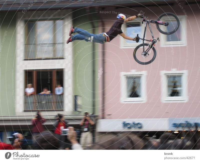 Flying Jump Bicycle Crazy Dangerous Tall Brave Audience Hero Sporting event Sports Superman Extreme sports Reckless Body control Dirt Jumping