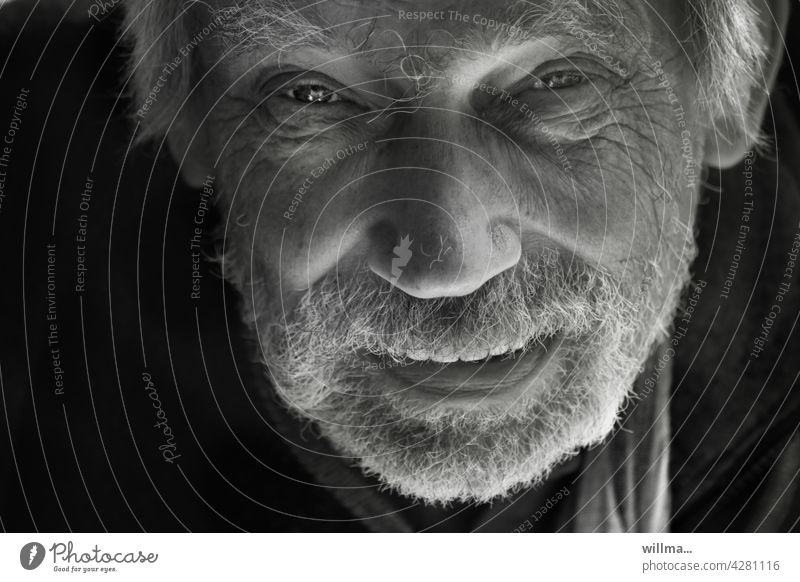 life experience portrait Man eye contact Looking into the camera Direct narrators Communicate tell To talk Impish Smiling Facial hair Beard White-haired