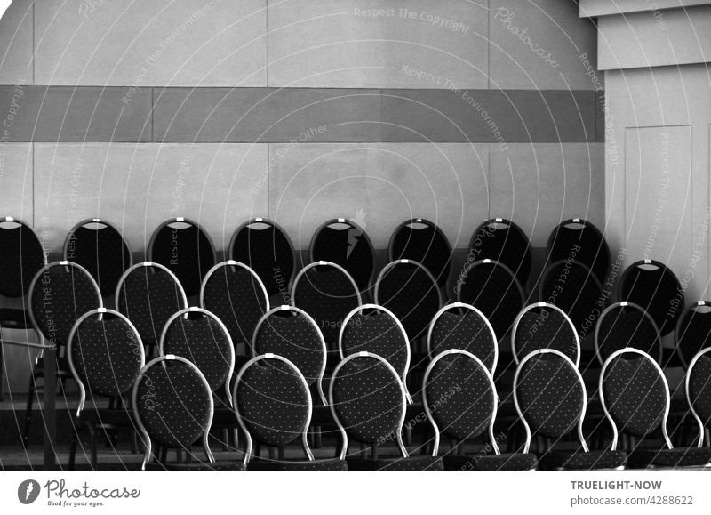 In the choir room of the church of St. Nikolai there are several rows of chairs with elegantly curved and darkly oval upholstered backrests, whose round frames shine brightly in the daylight coming in from above.