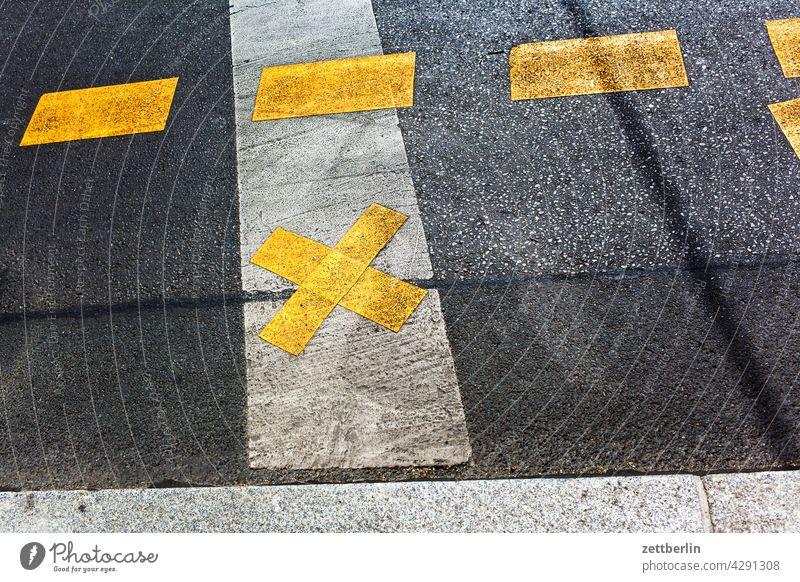 Road marking on asphalt Turn off Asphalt Highway Corner Lane markings Clue edge Curve Line Left navi Navigation Orientation Arrow cycle path Right Direction