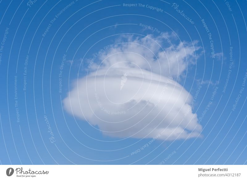Lenticular cloud with more clouds coming out of the top creating a pot shape with steam. Nube Azul Blanco Viento Natural Olla Cielo Lentiforme azul Tourism