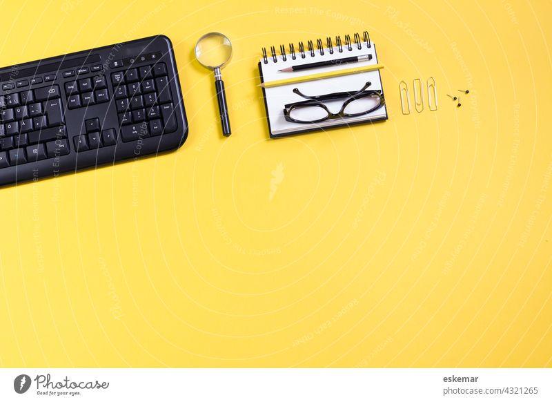 office Schreibtisch Büro Textfreiraum PC Computer modern Lupe Brille niemand Business flatlay Geschäft Tisch Marketing Notizblock Büroklammern Arbeit arbeiten