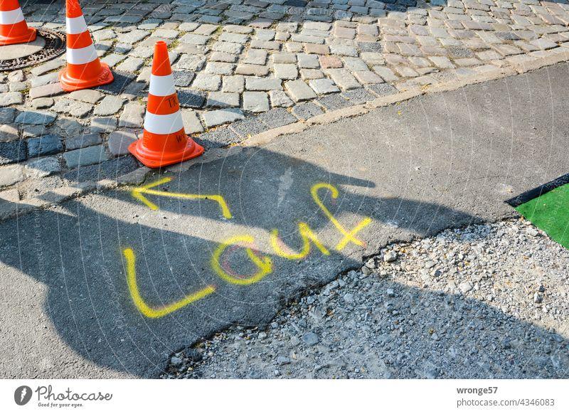 gezeichnet & gemalt   gelber Richtungspfeil für den Laufabschnitt beim Triathlon Thementag Hinweispfeil gelbe Schrift gelbe Markierung Straße Duathlon laufen