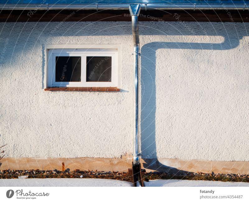 House wall with rain gutter and downpipe Haus Zauberstab Außenseite Gebäude Fenster einzeln niemand draußen Regenrinne Metall Fallrohr Installation Schatten